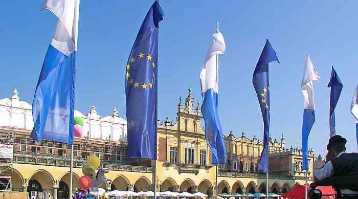 EU-Fahnen vor den Tuchhallen in Krakau