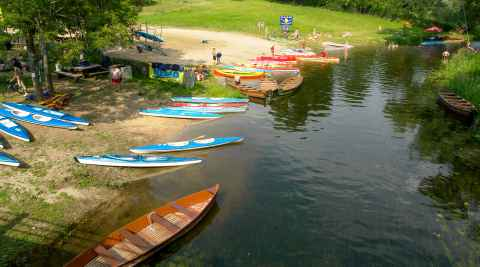 Paddelboote am Ufer der Krutynia Masuren