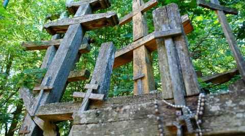 Holzkreuze auf dem Grabarka-Hügel in Polen