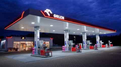 Beleuchtete Orlen Tankstelle in Polen
