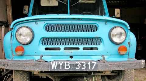 Alter Geländewagen mit schwarzem Nummernschild