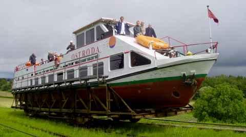 Ein Schiff wird auf Schienen über Land gezogen.