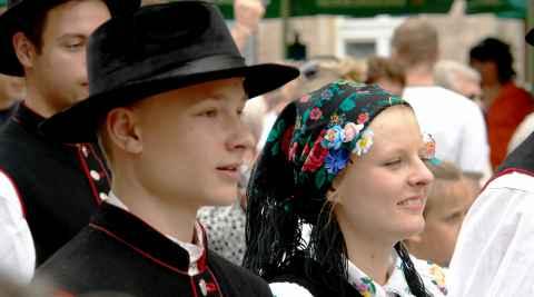 Junge Leute in kaschubischen Trachten