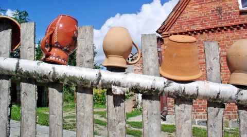 Töpfe auf einem Zaun in der Kaschubei