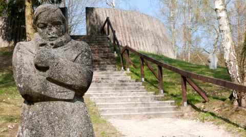 "Die Skulptur ""Die Frierende"" auf dem Friedhof Golm"