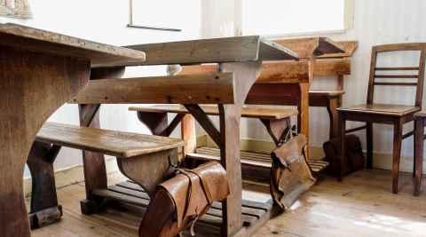 Alte Schulbänke aus Holz