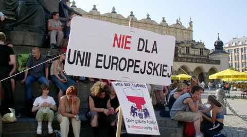 """Schild mit der Aufschrift """"Nein zur EU"""" in Krakau"""