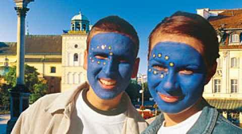 Junge Leute mit aufgemalten EU-Flaggen in den Gesichtern
