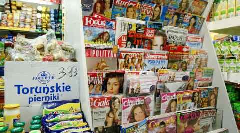 Polnische Zeitschriften in einem Supermarktregal