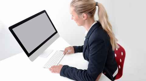 Eine Frau arbeitet an einem Computer