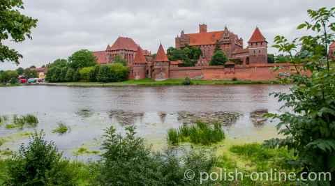 Foto mit Blick über die Nogat auf die Marienburg (Polen)