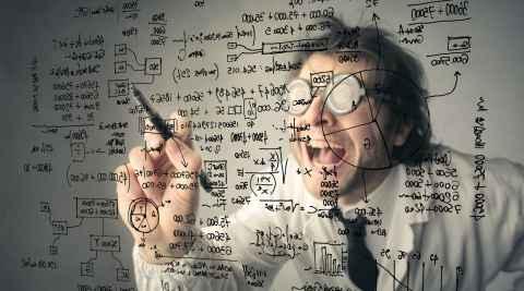 Mathematiker schreibt an eine Glastafel