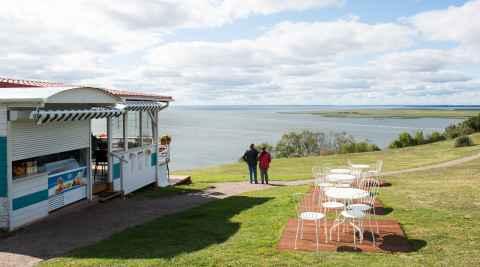 Aussichtspunkt mit Café an Ausgrabungsstätte in Lubin auf Wollin
