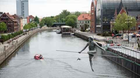 Skulptur eines Seiltänzers in Bromberg (Bydgoszcz)