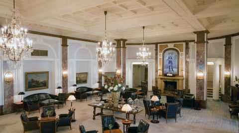 Foyer des Hotels Atlantic in Hamburg mit einem Porträt von Wilhelm II., hergestellt in Majolika-Technik