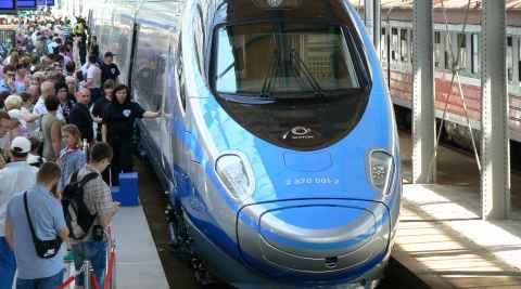 Pendolino-Schnellzug in einem Bahnhof
