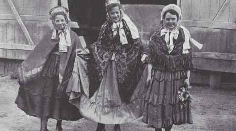 Drei Mädchen in ermländischer Tracht