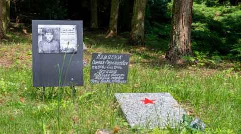 Gedenktafeln für einen russischen und einen ukrainischen Soldaten auf dem Soldatenfriedhof in Sudwa
