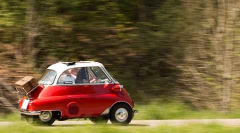 Rote Isetta auf einer Landstraße