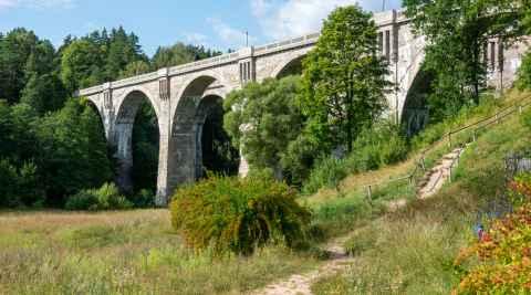 Zwillings-Eisenbahnbrücke in Staatshausen (Stańczyki) in Polen
