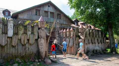 Holzkrieger vor dem Restaurant in Galindia in Masuren