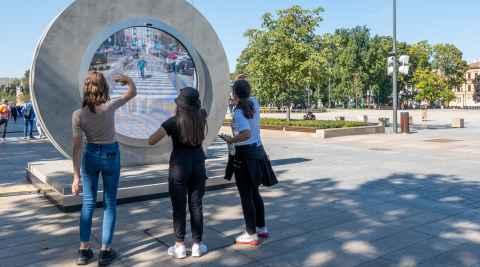 Drei Mädchen vor dem Portal auf dem Platz der Lubliner Union in Lublin