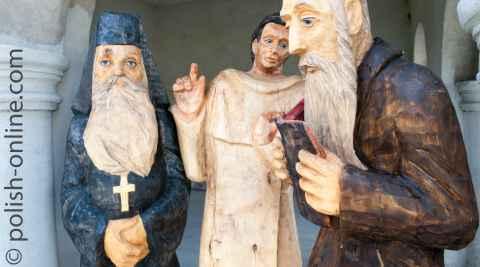 Holzskulpturen Rabbiner, Pfarrer und orthodoxer Pfarrer in Włodawa in Polen.