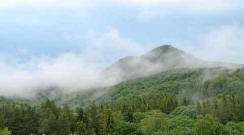 Blick aus einem Holtelfenster in Ustrzyki Górne auf die Berge